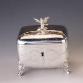 Ezüst cukordoboz ágon ülő madár figurával