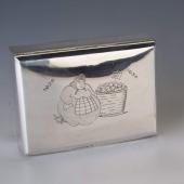 Ezüst doboz kofa figurával