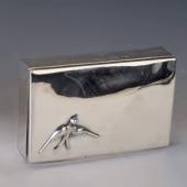 Ezüst doboz fecske figurával