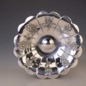 Ezüst kínálótál virág díszítéssel