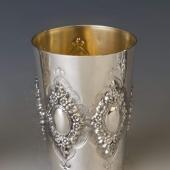 Ezüst pohár virágos díszítéssel