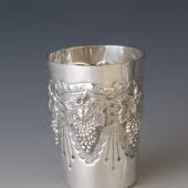 Ezüst pohár szőlő díszítéssel